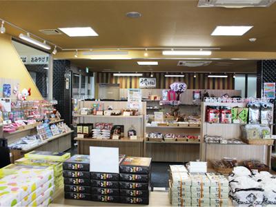AmaTerrace(アマテラス)の1Fは、カフェ・軽食をお楽しみいただけるAmaCafe(アマカフェ)と、お土産・売店となっております。