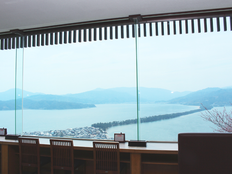 AmaTerrace(アマテラス)の2階は、ガラス張りのパノラマビュー・レストラン「AmaDining(アマダイニング)」。